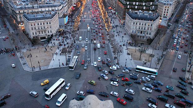 Auto-voiture-circulation-paris-champs-elysees-rue